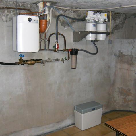 Waterontharder installeren met zoutreservoir op de grond