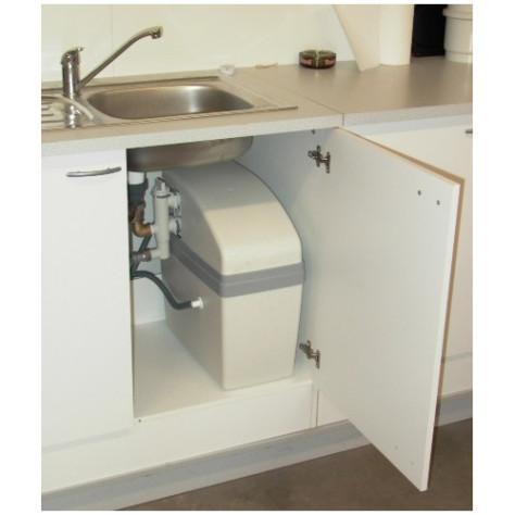 Waterontharder installeren in een keukenkast